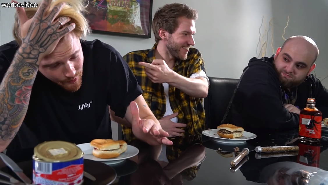 Ekel-Burger-Challenge von Andre, Jan und Cen auf YouTube (@ApeCrimeTV managed by flow:fwd) (Bild: Lucky Shareman)