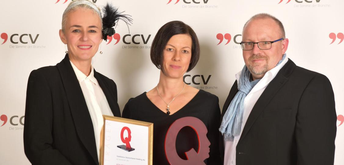Das Preisträgerteam 2018 von Telefonica: v.l.n.r.: Karin von Matuschka (Quality Assurance Strategy Specialist), Claudia Haß (Head of People, Transformation and Transition), Gerhard Klose (Interim Manager Quality Management). (Bild: CCV/JAMMIN)